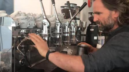实拍咖啡大神Dritan Alsela吧台制作咖啡, 冠军的拉花水平有点水