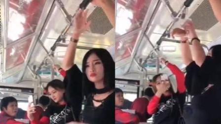 美女坐公交不老实 手腕卡进扶手一脸无奈