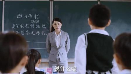 美女老师上课拉链开了, 还被学生这样大声喊出来, 好尴尬啊!