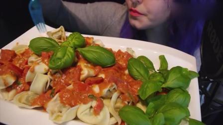 美女吃意大利小馄饨, 吃的美滋滋, 发出的咀嚼声很好听