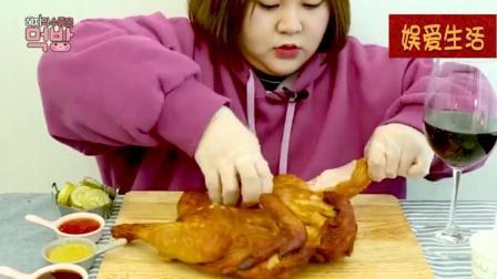 韩国吃播: 可爱胖妹吃烤鸡配红酒, 大口的吃, 吃的好过瘾