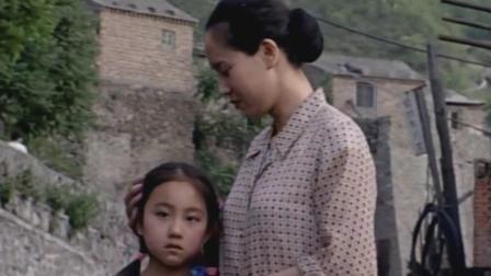 无言的旅程:疯爸爸被送走,女儿送洋娃娃,这母女让人心疼