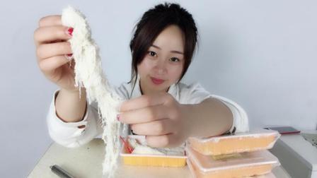 """妹子试吃纯手工美食""""龙须酥"""", 入口即化, 好像棉花糖一样"""