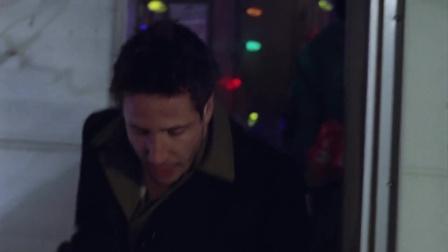 《又是圣诞节》有个男士买了最大的圣诞树自己扛回去了