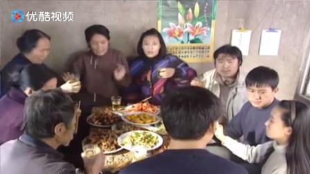 庄稼院里的年轻人:同样是吃饭,这边吵吵嚷嚷,那边举杯拍照