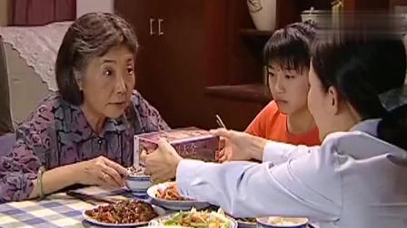 后妈升职了, 家里加菜个个很喜悦, 继女却一脸的不高兴!