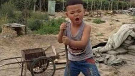感动! 5岁孩子含泪献唱《天亮了》, 干净的声音超越韩红, 好感人啊