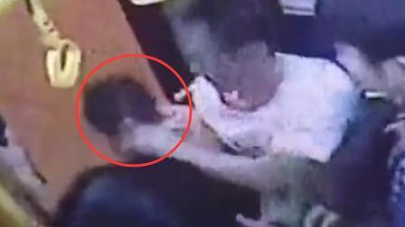 男子公交车上猥亵女乘客 逃下车被乘客抓回