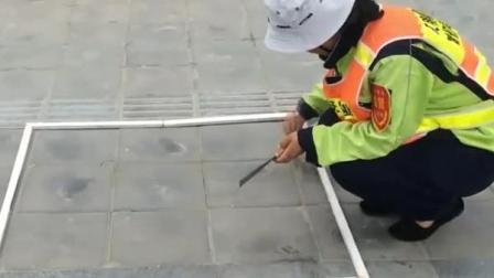 西安环卫工考核制度引争议  马路扫灰称重不得超过五克
