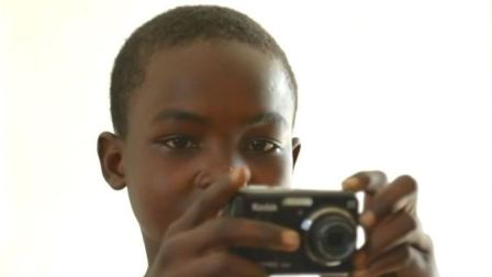 受武装冲突与暴力影响的青少年通过镜头讲述他们的故事