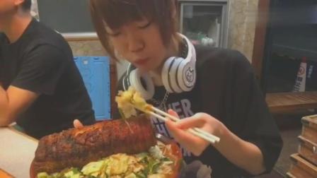 日本大胃王耳机小哥吃超大碗猪肉卷拉面, 这肉量给的真多