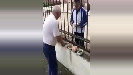 70岁爷爷给孙子带饭吃, 路人拍下这一感人画面