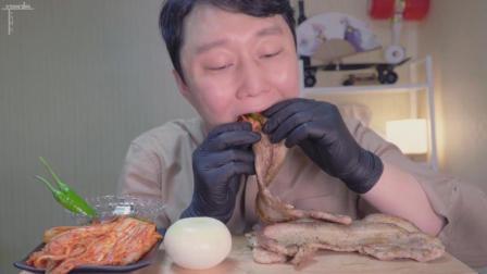 韩国吃货大叔, 吃五花肉, 配泡菜、青辣椒、洋葱, 蘸上酱, 大口吃的太过瘾了