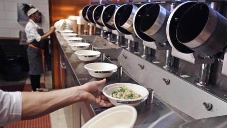 大学生发明的自动炒菜机, 三分钟炒好7道菜, 买一个能开个餐馆