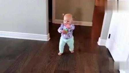 宝宝两天没见狗狗, 一看到狗狗后的反应把妈妈萌翻了