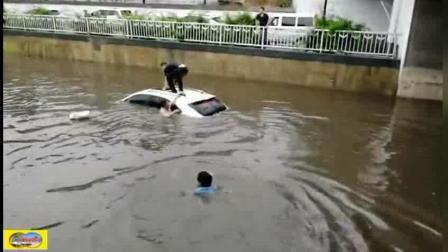 雨太大, 车被淹, 女司机多亏众人砸碎车顶玻璃窗相救