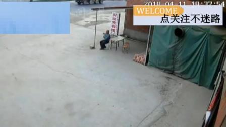 老人坐在门口乘凉, 突然觉得不对劲起身就跑, 还能来得及吗?