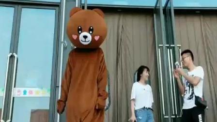 网红熊在门口跳舞, 没想到路人神助攻, 毫无违和感!