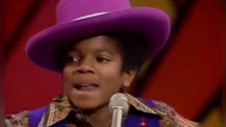 迈克尔杰克逊小时候唱歌功底就出类拔萃 众多大人同台竞争都比不过他