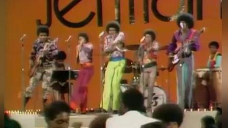 迈克尔杰克逊五兄弟同台演出 他当仁不让的成了主唱