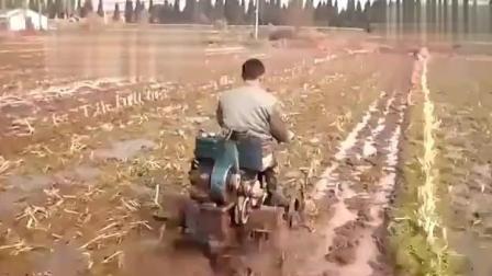 大陆民间牛人发明水田拖拉机 专家都造不出来