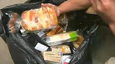 曾经的老板如今捡垃圾袋里的食物吃, 然后进了医院