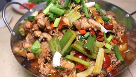 大厨教你做传统泡椒鸡丁, 酸辣爽滑鲜香浓郁, 看着口水直流, 比红烧鸡块好吃多了