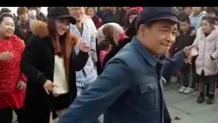 老汉大广场尬舞, 60岁的身体16岁的心, 这腿功真是杠杠的!