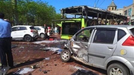 实拍: 哈尔滨一公交车连撞多车起火燃烧