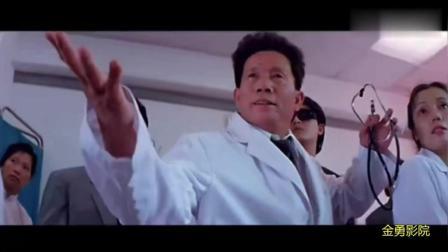 王晶客串出演特异功能大师, 结果好尴尬, 被真正的气功大师直接打进墙里去