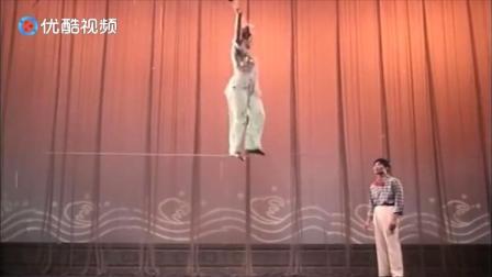 飞燕曲:女子登台走钢丝,动作连贯优美,像仙女一样漂亮