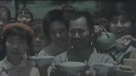 县里专家来帮茶树除虫,全村的人敲锣打鼓唱山歌欢迎他,非常隆重
