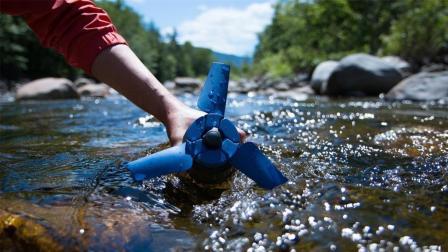 世界上最小的水力发电机, 扔河里就能发电, 太方便了!