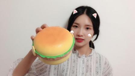 """试吃一个超大""""汉堡包"""", 看着就想咬一口, 里面到底会是什么呢?"""