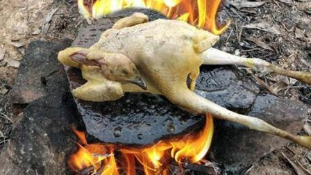 农村男孩吃鸡, 整只鸡放在石板上烤, 这色泽有几分熟呢