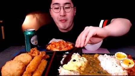 韩国小伙吃牛肉咖喱鸡蛋拌饭, 配天妇罗虾大口吃, 真过瘾