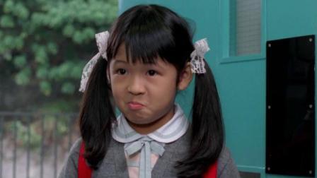 小女孩找邻居阿姨扮家长,阿姨的忽悠技能太高超,女孩憋不住笑了