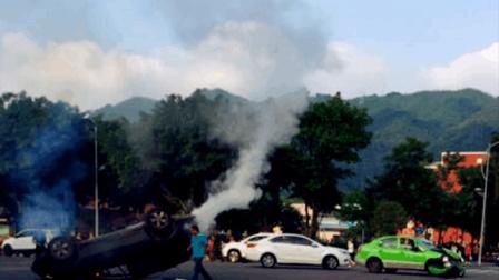 轿车出租车街头相撞 轿车四脚朝天冒浓烟