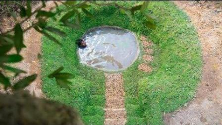 野外洗澡不方便, 小伙挖露天泳池泡澡, 简直太会享受了