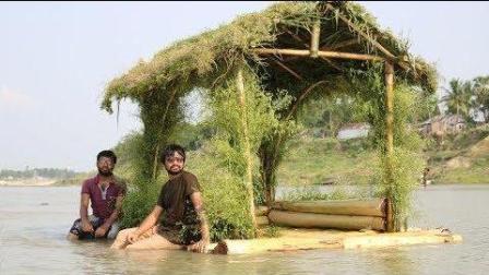小伙用香蕉树打造创意小船, 坐上去会是一种什么感觉?
