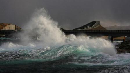 蜿蜒凶险的海上公路 像过山车吓退路人