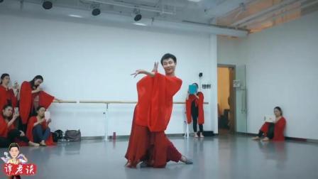 如此妖娆的舞姿, 猜猜红色水袖背后会是怎样的舞者, 佩服啊
