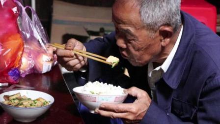 没见过农村老母亲进城看儿子, 竟带上老父亲做的这样的菜! 看后为之动容!