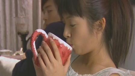 《恶作剧之吻》湘琴在沙发上睡着了, 江直树躲在楼梯偷听爸妈讲话