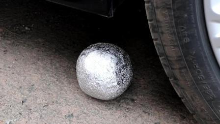 当铝箔球遇到汽车会怎样? 它能够挡住汽车的碾压吗? 一起来看看吧!
