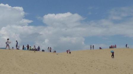 初到越南骑摩托去海边, 没想到发现一座沙山, 很多越南人在滑沙!