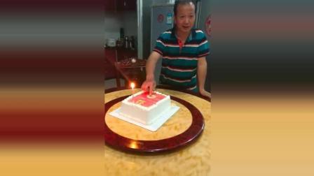抖音: 买了个网红蛋糕, 老爸一脸懵逼