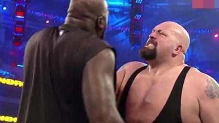 """WWE: 大鲨鱼奥尼尔也来""""凑热闹"""", 与大秀哥相互暴打"""