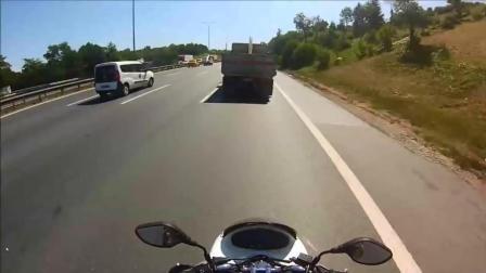 大货车公路上突然爆胎, 目测后面的骑手吓得不轻