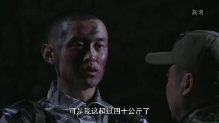 特种兵野外生存训练,鸵鸟头盔里藏了一堆零食,被灰狼发现,惨了